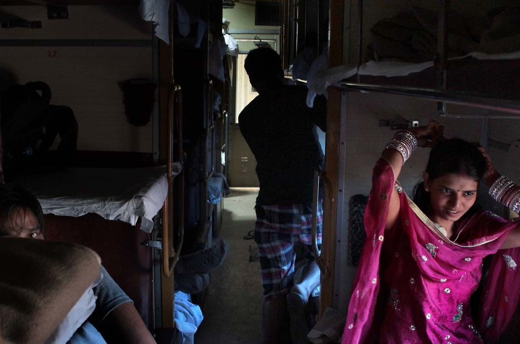 . Woman combs her hair after the overnight train ride from Pathankot to Delhi. Shmuel Thaler/Sentinel